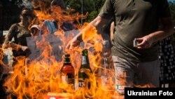 Активісти палять російські товари під посольством Росії, серпень 2013 року. Політичний експерт Євген Магда переконаний, що Росія завжди дискримінувала Україну в економічних відносинах.