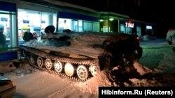 Momenti kur makina e blinduar, e drejtuar nga një i dehur, është përplasur në një vetëshërbim në Murmansk të Rusisë