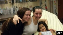 Аманда Беррі (у центрі) возз'єдналася зі своєю сестрою (ліворуч) в Клівленді, штат Огайо, 6 травня 2013 року