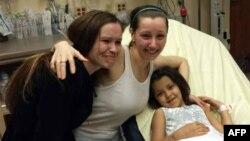 آماندا بری، یکی از زنان ربوده شده، همراه دختر و خواهرش در بیمارستان