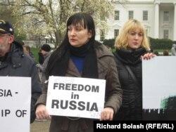 Наталья Пелевина (в центре) участвует в акции протеста в Вашингтоне, март 2011 года