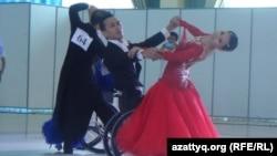 Молодой человек в инвалидной коляске танцует вальс на соревнованиях по танцам. Шымкент, 21 июня 2015 года.