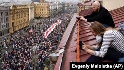 Բելառուս - Ցուցարարները երթ են անցկացնում Մինսկի պողոտայով, 23-ը օգոստոսի, 2020թ.