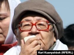Ильфа Ильясова, дочь писателя Ильяса Джансугурова, выступает на митинге. Алматы, 24 марта 2012 года.