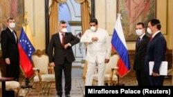 نیکلاس مادورو در دیدار با سفیر روسیه