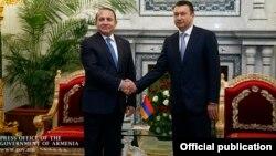 Встреча премьер-министра Армении Овика Абрамяна (слева) с главой правительства Таджикистана Кохиром Расулзода, Душанбе, 30 октября 2015 г. (Фотография - пресс-служба правительства Армении)