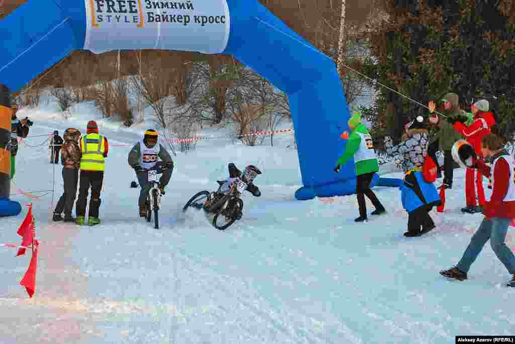 Для любителей велосипедной езды в Алматы проводят даже зимние кроссы. На одном из таких, проводившихся на территории горнолыжного курорта «Ак-Булак», автору этого репортажа удалось побывать 3 марта 2012 года. Хотя по календарю весна, в горах еще зима. На фото: момент финиша одной из двоек.