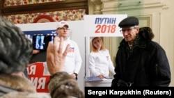 Сбор подписей в поддержку кандидата Путина (архивное фото)