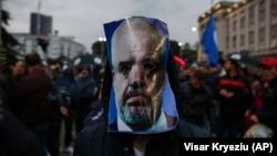 Një protestues ka vendosur një maskë me fytyrën e kryeministrit të Shqipërisë, Edi Rama, gjatë një proteste të mëparshme në Tiranë.