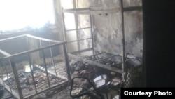 یک اتاق دانشجویی در کوی دانشگاه تهران در امیرآباد شمالی که در پی حمله نیروهای لباس شخصی و انتظامی در آتش سوخته است.