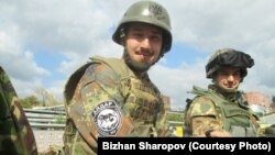 Біжан Шаропов (зліва) у складі батальйону «Айдар»