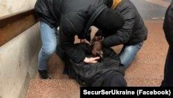 Harkiv metrosında terakt kerçekleştirgeninden şübheli sayılğan kişiniñ yaqalanuvı, SBU fotoresimi