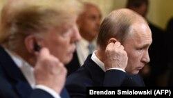 Президент США Дональд Трамп (слева) и президент России Владимир Путин во время совместной пресс-конференции в Хельсинки. 16 июля 2018 года.