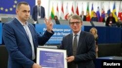 """Олег Сенцов (вляво) получава наградата """"Сахаров"""" от председателя на Европейския парламент Давид Сасоли в Страсбург"""