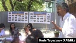 Нурлан Туреханов, гражданский активист и дизайнер, выступает перед гражданскими активистами во время круглого стола в генконсульстве Украины. Алматы, 30 августа 2014 года.