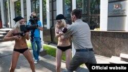Акция FEMEN перед посольством Грузии в Киеве