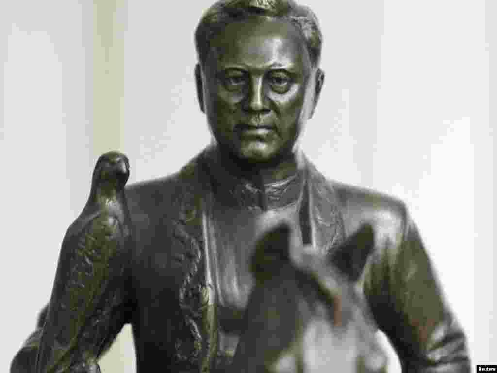 Статуя Нурсултана Назарбаева в музее в его родном селе Ушконыр Алматинской области. 15 марта 2011 года.