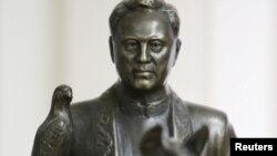 Статуя Назарбаева ў школьным музэі ягонай роднай вёскі