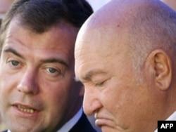 Лужков був звільнений з посади мера Москви тогочасним президентом Дмитром Медведєвим (зліва) у 2010 році