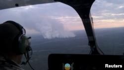 Пожарные облетают зону огня в Чернобыле