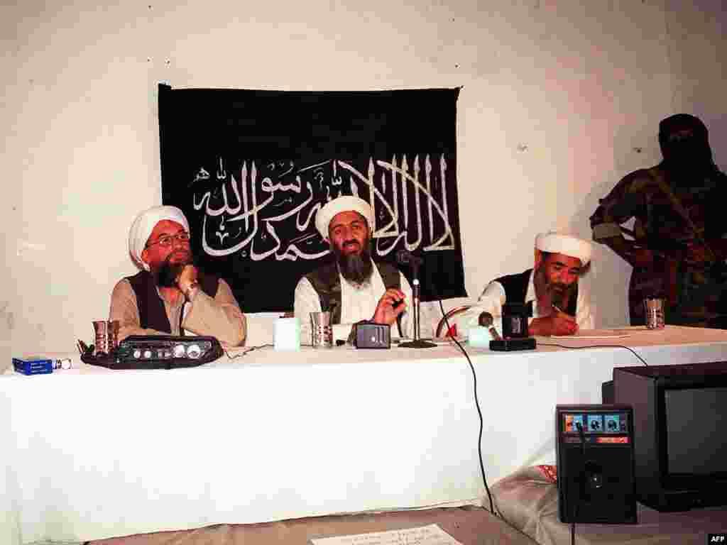 Osama bin Laden snimljen na nepoznatom mjestu u unutrašnjosti Afganistana.