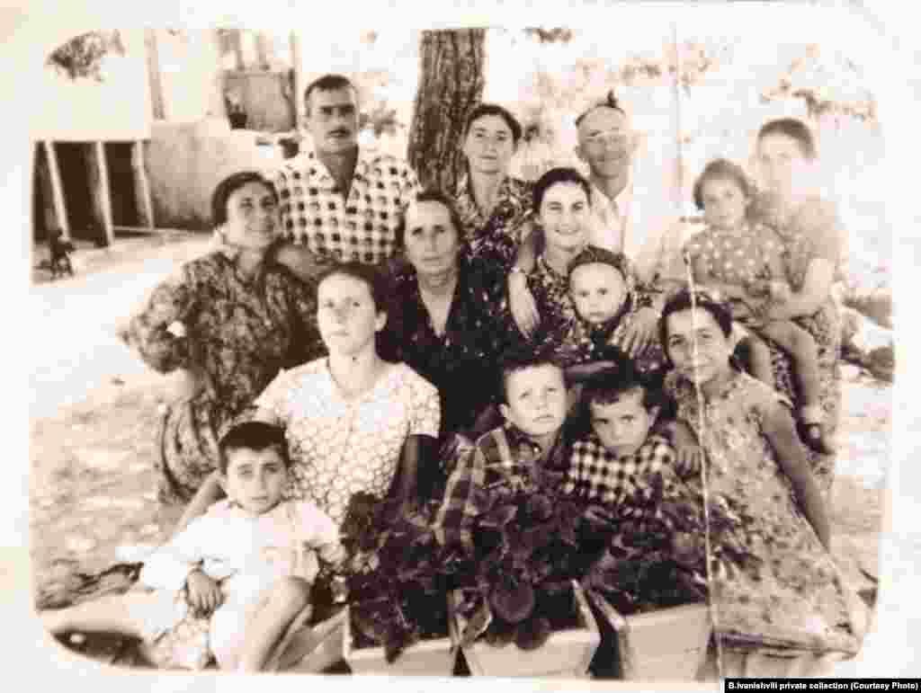 Təxminən 4 yaşında olan Bidzina İvanishvili (öndə, sağdan ikinci) ailəsi ilə. İmereti rayonun Çorvila kəndi. 18 fevral 1953-cü il.