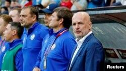 Тренер казахстанской сборной по футболу Михал Билек (справа). Нур-Султан, 11 июня 2019 года.