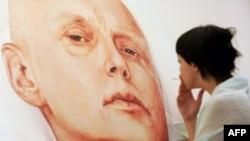 Бұрынғы ФСБ офицері Александр Литвиненконың суретіне қарап тұрған адам. Мәскеу, 23 мамыр 2007 жыл. (Көрнекі сурет)
