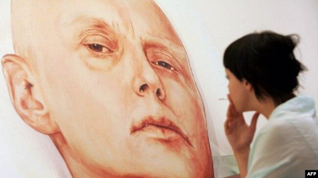 Портрет Александра Литвиненко на выставке в Москве, 2007 год