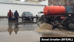 Работники дорожно-эксплуатационного предприятия откачивают воду возле здания акимата Западно-Казахстанской области. Уральск, 13 ноября 2015 года.