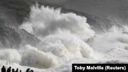 Valë të mëdha të shkaktuara nga uragani Ophelia.