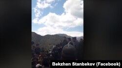 12-июнда Иштамбердиде митингге чыккандар. Сүрөт социалдык тармактарга коюлган видеодон алынган.