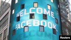 АҚШ-тағы NASDAQ маркетсайты Facebook-тің өздеріне қосылғанын қолдап, осындай постер ілді. АҚШ, 18 мамыр 2012 жыл.