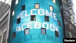 Facebook акцияларының қор биржасы саудасына түскенін хабарлап тұрған жазу. Нью-Йорк, 18 мамыр 2012 жыл.