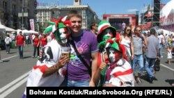 Киевке келген шетелдік жанкүйерлер. 1 шілде 2012 жыл