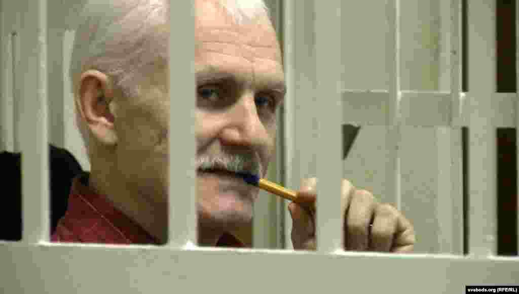 Ales Byalyatski, kreu i opozitës në Bjellorusi, aktualisht është duke vuajtur një dënim katër vjet e gjysmë në burg. Akuzat për evazion fiskal të ngritura kundër tij, u dënuan në Perëndim si të motivuara politikisht. Byalyatski themeloi lëvizjen e parë pro-demokracisë dhe kryeson grupin më me ndikim për të drejtat e njeriut, Viasna Human Rights Center. Ai u kandidua për Çmimin Saharov 2012.