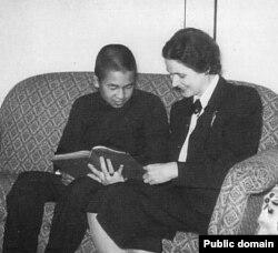 Будущий император Японии Акихито и его учительница Элизабет Вайнинг