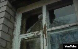 """""""Новая жизнь"""" шіркеуінің сынған терезесі. Ақтөбе, 1 қараша 2013 жыл."""