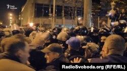 Вечірня штовханина між силовиками і мітингувальниками. Наметове містечко обгородили, Київ, 17 жовтня 2017 року