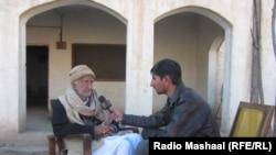 Bannu:Famous Bannu: Radio Mashaal correspondent Umar Dawaz Wazir, speaking with Pashtun poet Abdul Rahim Majzoob, 2014.