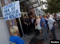 Сторонники обвиняемых у здания суда в Подгорице