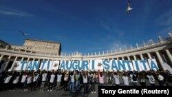 Rođendanska čestitika dela građana papi Franji na vatikanskom Trgu Svetog Petra