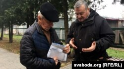Бацька падсуднага Іван Бяльчук (зьлева) і праваабаронца Ўладзімер Вялічкін
