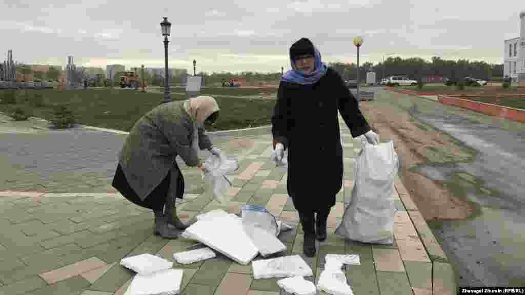 Директор Дворца бракосочетания в Актобе Валентина Мамбетова собирает мусор на улице, прилегающей к месту ее работы.