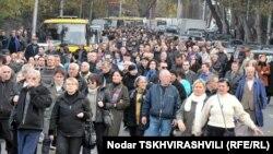 Через некоторое время митингующие переместились к зданию Общественного телерадиовещателя Грузии