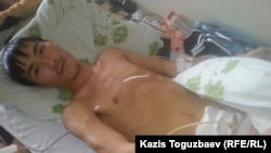 Житель города Жанаозен Мангистауской области 30-летний Кайрат Досмагамбетов на другой день после операции по удалению камня из мочевого пузыря. Алматы, 3 апреля 2015 года.