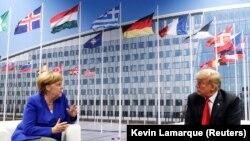 Kancelarja gjermane, Angela Merkel dhe presidenti amerikan, Donald Trump gjatë samitit të NATO-s.