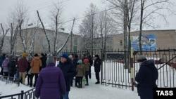 У школы в Мотовилихинском районе, где произошла драка с применением ножей, в результате которой пострадали люди. Пермь, 15 января 2018 года