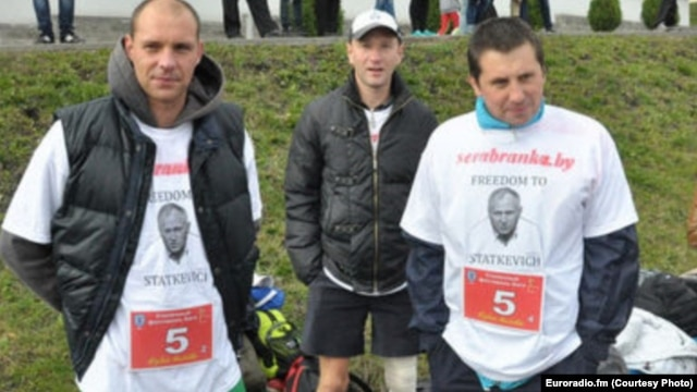 Belarus runners wearing Statkevich T-shirts