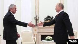 Президент России Владимир Путин (п) и президент Абхазии Рауль Хаджимба. Москва, 1 декабря 2016 года